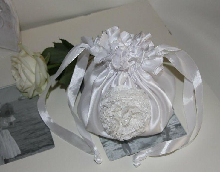 -traumhaft schöner Braut Pompadour  mit einer von mir selbstgemachten Blüte und einer Perle in der Mitte