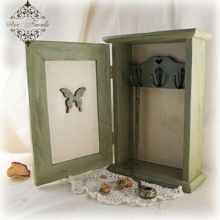 23 Внутренняя часть ключницы декорирована так же в технике декупаж.  Дверцу украшает  декоративная  деревянная бабочка, выкрашенная  в основной цвет ключницы. Устанавливаем фурнитуру и любуемся.