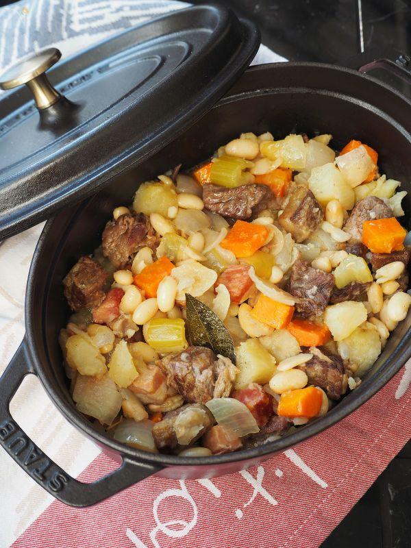素材の持ち味を生かしたシンプルな味付けで。肉の部位は牛すね肉、牛バラ肉などを使用してください。じゃがいもがほろっと煮崩れるくらいまで煮るのがオススメです。