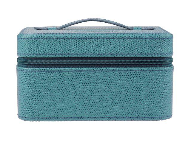 Joyero de piel para irte de viaje. Tiene un espacio principal y tres apartados interiores. Además, incluye un candado para cerrarlo. ¡Llévatelo en azul!  Medidas: 8.5 x 15 x 11 cm.