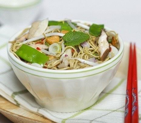 Thaise noedels | Goedgevulde wokmaaltijd met verse kruiden. #recept #vegetarisch #flexitarier #wok