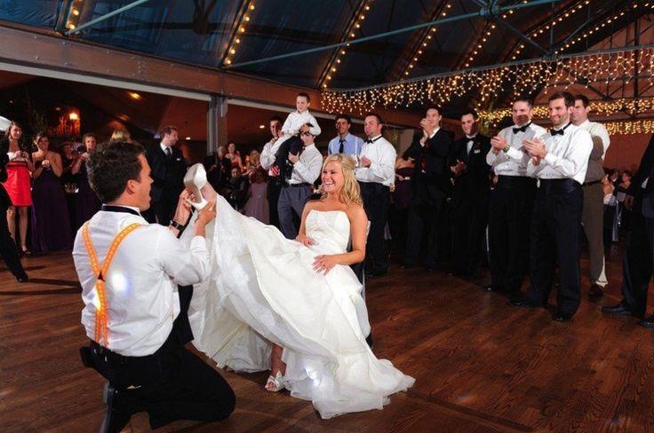 C'est les hommes qui paient pour que la mariée remonte sa robe et dévoile ainsi sa jarretière. Les femmes, quant à elles, ont pour mission de payer pour faire baisser la robe.