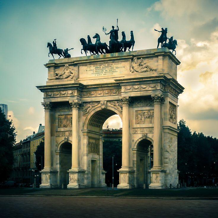 A Milano gli archi sono molti, e molto belli. Ricordo quello della Galleria Vittorio Emanuele, quello di Corso Venezia, e naturalmente l'Arco della Pace, in Piazza Sempione, sul margine opposto del Castello Sforzesco.