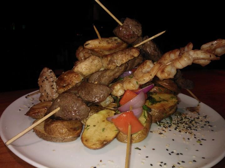Brocheta mixta Mar y Tierra , Restaurant AKWA Peruano Japones