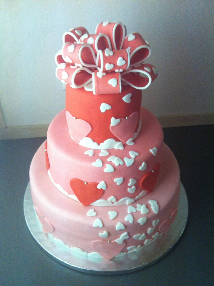 Verjaardag-hartjes-overstroom stapeltaart met enorme strik - big heart birthday cake