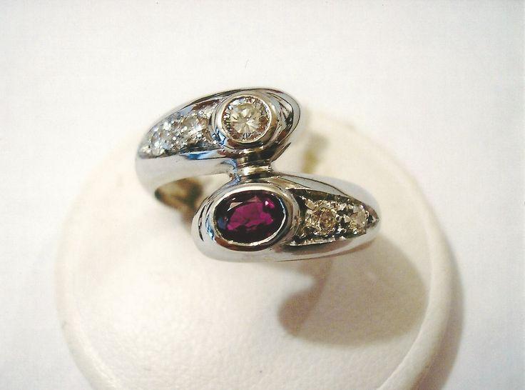 Anello contrarié in oro bianco, diamanti e rubino. White gold contrarié ring with diamonds and ruby.    #jewelry #jewellery #anello #ring #diamond #pearl #handmade #handmadejewelry #gioielli #gioielliartigianali #fattoamano #gold #diamondpave #sapphire #sapphires #oro #orobianco #whitegold #珠宝 #钻石 #豪华 #redgold #ororosso #yellowgold #orogiallo #ذهب #الماس #الفاخرة