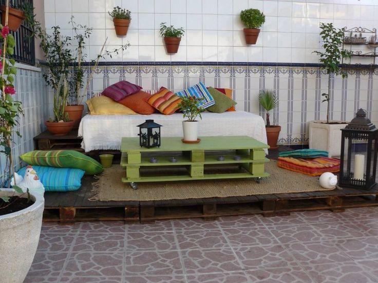 Terraza de madera techada es una salida a lo común en una terraza cerrada