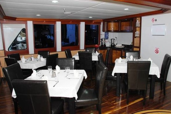 食事は一流シェフによるエクアドル料理、各国のグルメが供されます。