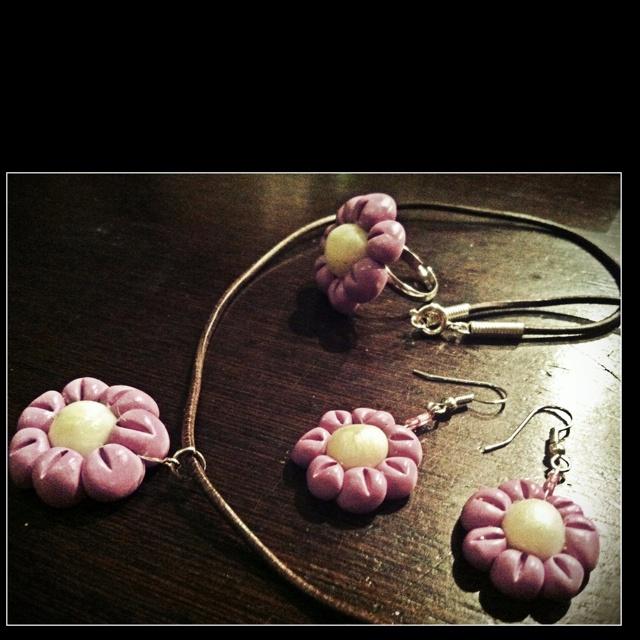 Orecchini, collana, anello fiore