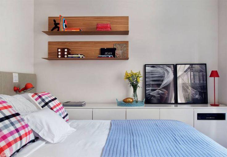 A marcenaria planejada organiza a vida dos moradores e garante a fluidez ao apartamento em Ipanema.