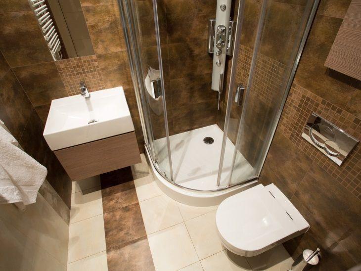 Confira diversas ideias de banheiros pequenos muito funcionais e bonitos, com dicas de móveis, decoração e como aproveitar bem um espaço pequeno.