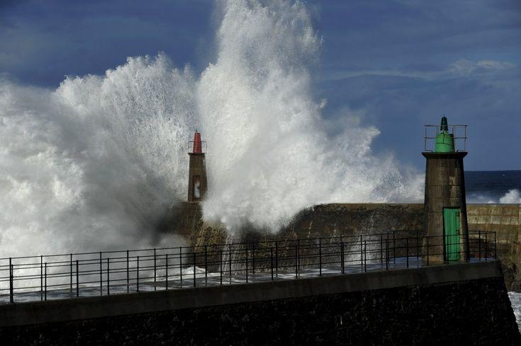 Il piccolo villaggio di Viavelez, nelle Asturie, torna a vivere l'impressionante spettacolo delle enormi onde che si infrangono sulla scogliera arrivando a