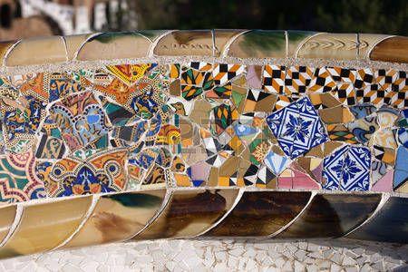 Trencadis absztrakt mozaik törött cserép szilánkok, része Serpentine padon Gaudi Güell Park Barcelona, Katalónia, Spanyolország. photo