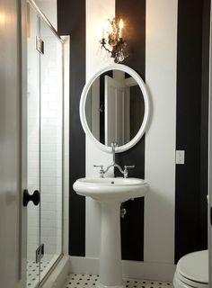 Banheiro pequeno preto e branco                                                                                                                                                     Mais