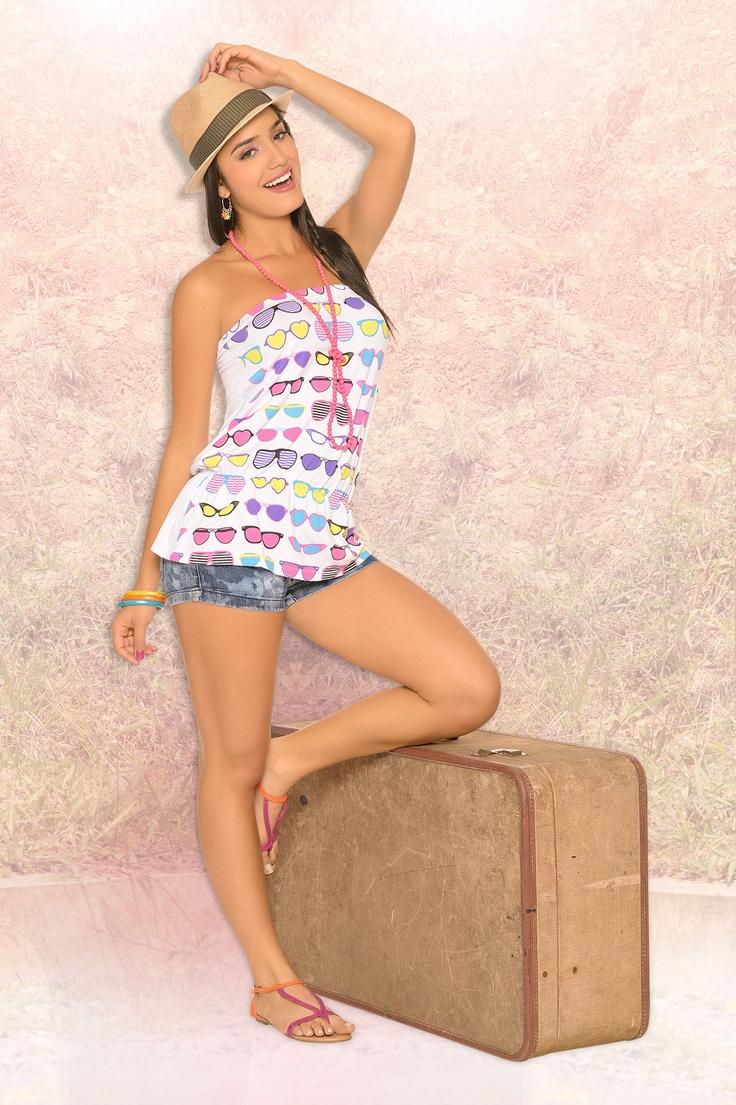 Blusa strapless con un estampado divertido y legging con corte láser muy chic