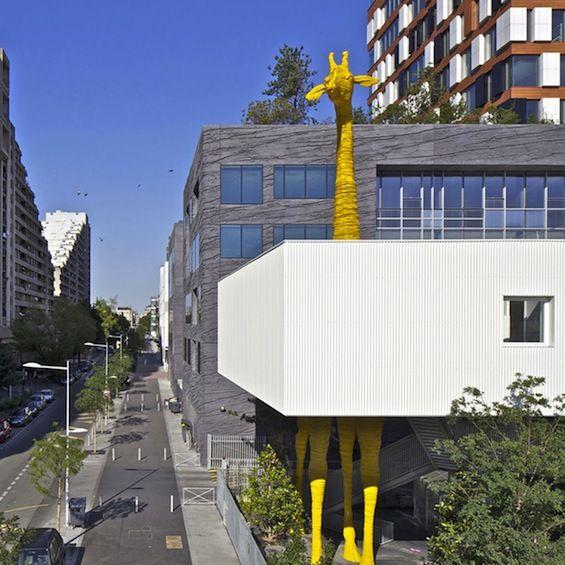 Les architectes Raphaëlle Hondelatte et Mathieu Laporte signe la construction de cette crèche dans le quartier du Triangle à Boulogne-Billancourt. Située dans un quartier au skyline vallonné, elle s'intègre par sa typologie stratifiée.