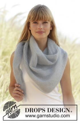 Супер простая шаль спицами, выполненная из воздушной мохеровой пряжи. Вязание шали осуществляется платочным узором и ажурными дорожками. Во время...