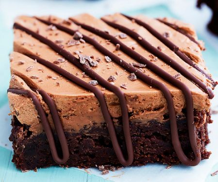Μια εύκολη συνταγή για ένα υπέροχο πλούσιο σε σοκολατένια γεύση μπράουνις καλυμμένο με μια απίστευτης γεύσης μους σοκολάτας με κρεμώδη, αφράτη υφή. Πασπαλί