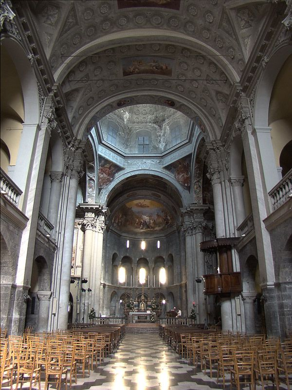 The interior has three naves and three apses presbytery, covered by a dome and surrounded by an ambulatory (designer for walking).