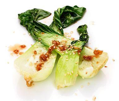 Pak choi är en läcker kålsort som förtjänar att lagas oftare. Här får den asiatisk smak av sesamolja, sesamfrön, färsk ingefära och japansk soja. Servera till grillad lax eller biff.