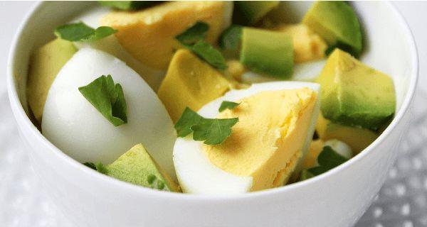Raňajky sú najdôležitejším jedlom dňa. Sú podstatné ako pre udržanie si dobrého zdravia, tak pre udržanie primeranej telesnej váhy.Dnes vám ponúkneme 15 nápadov na raňajky, ktoré sú plné živín, bielkovín a vlákniny. Okrem toho, že vám umožnia udržať si pevné zdravie, navyše pomôžu aj vašej snahe o schudnutie. 1) Zelenina a volské oko Toto jedlo je perfektné pre naštartovanie vášho