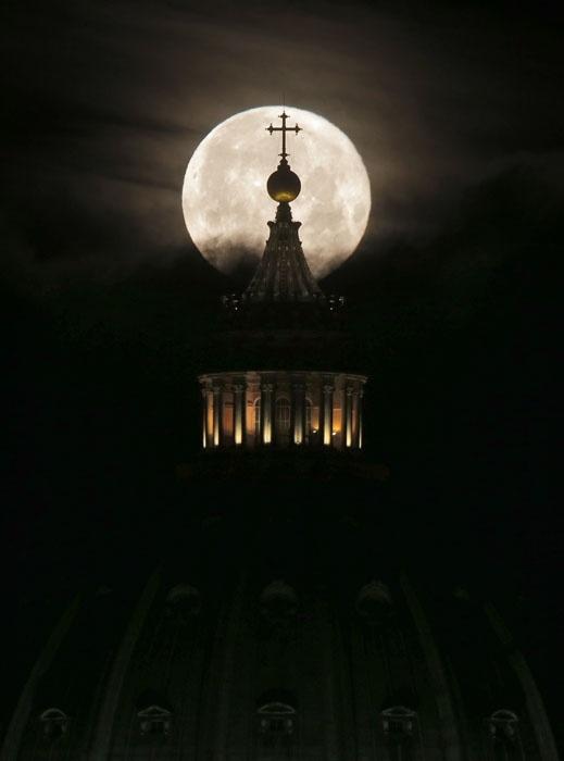 Луна над Ватиканом