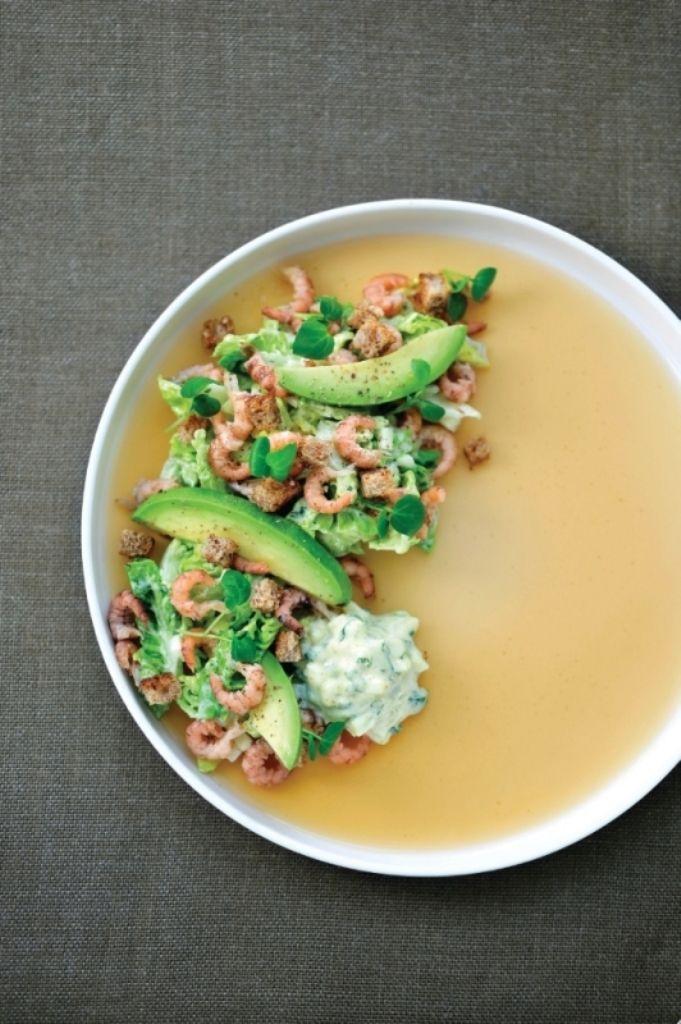 Bereiden: Pel de garnalen. Doe de koppen in een kookpot, voeg er water aan toe tot ze onder staan. Plet een stengel citroengras en voeg bij de koppen evenals enkele blaadjes koriander en een mespuntje curry. Laat alles 20 minuten koken. Neem de krop sla, gebruik enkel de nerven voor een krokante salade, snij deze fijn.