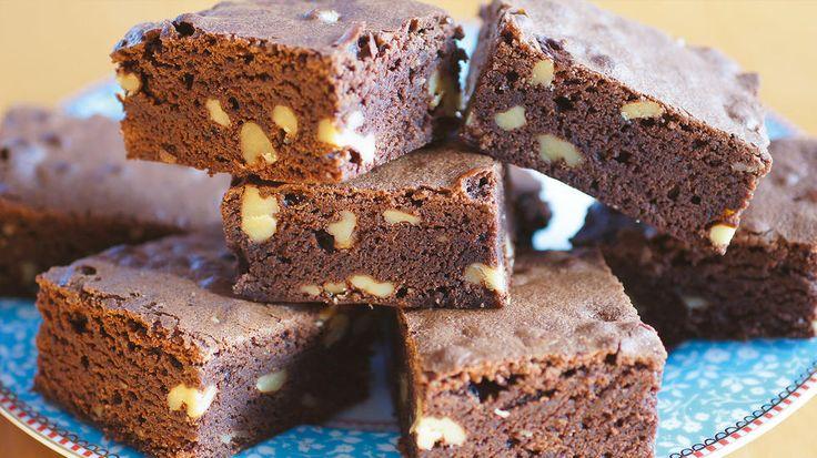 - Jeg har alltid tenkt at man må bruke skikkelig sjokolade i brownies for å få den rike sjokoladesmaken og myke, litt klebrige konsistensen som ekte brownies jo skal ha. Men så kom jeg over denne oppskriften på brownies med kakao og ble nærmest slått i bakken av det fantastisk gode resultatet! Siden har dette vært en av mine absolutte favorittoppskrifter på brownies! sier kakeblogger Kristine Ilstad.    Du velger selv om du vil lage denne kaken med valnøtter eller uten.    Tips: Det er ...