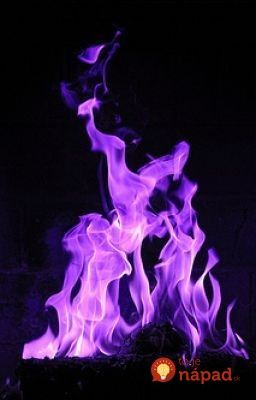 Po opekačke sme oheň neuhasili, ale pripravili sme pre hostí takéto farebné prekvapenie – oheň, ktorý mení farby.
