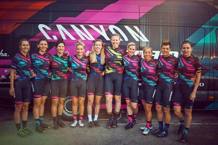 L'équipe Canyon-SRAM - © Canyon-SRAM  Le maillot de Canyon-SRAM - © Vélo 101  Canyon-SRAM se bonifie avec l'arrivée de Pauline Ferrand-Prévot. La championne française rejoint ainsi Brennauer, Cecchini et Worrack. ICI Canyon-SRAM se bonifie avec l'arrivée...
