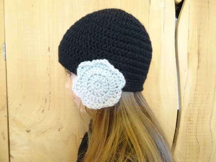 Bonnet noir caches oreilles fleurs grises, crocheté RESERVE SOPHIE : Chapeau, bonnet par la-renaissance-des-matieres
