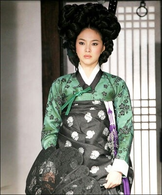 """Song Hye Kyo   Hwang Jin Yi(Hangul:황진이) is a 2007South Koreanbiographicaldrama filmdirected byChang Yoon-hyun. Based onHong Seok-jung's2002 novelHwangjini(which won theManhae Prizefor Literature in 2004), the film is about the life ofHwang Jin-yi, the most famous courtesan (or """"gisaeng"""") in Korean history, starringSong Hye-kyoin the title role"""