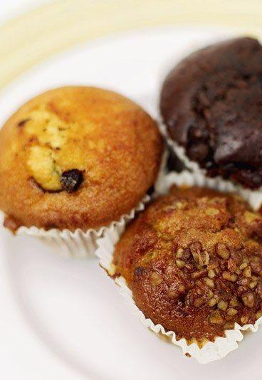 Muffin Rezepte - Grundteig - 10 Muffin Rezepte - Lust auf Muffins? Dann probieren Sie einmal diesen Grundteig. Sie können ihn ganz nach Geschmack in verschiedenste Muffin Rezepte abwandeln. Mit zwei Esslöffeln Kakaopulver...