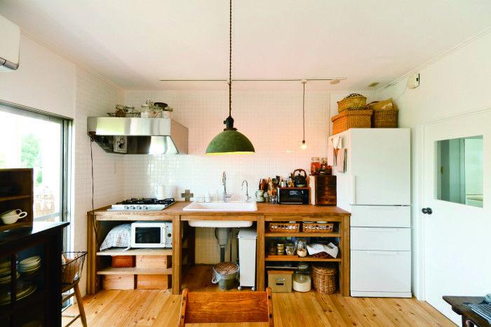 収納を古家具で統一。床の色とも統一感があって、決して古さを感じさせません。小物の整理に木箱やカゴを使うのもオススメ。