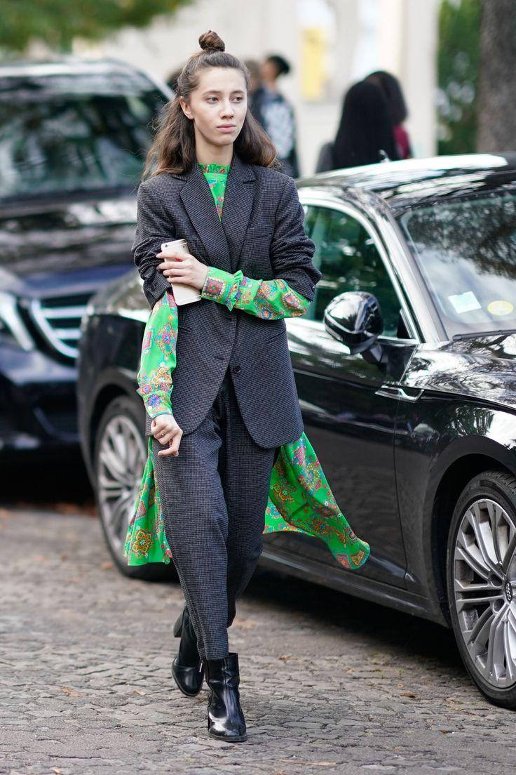 Debajo de un traje  - ELLE.es. Green printed open dress+dark grey blazer and pants+black boots. Fall Dressy Casual Outfit 2017