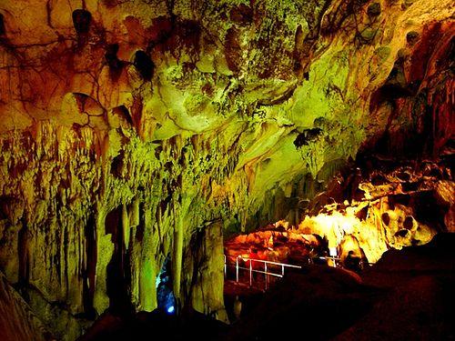 Wisata gua maharani memberikan wisata alam yang berbeda dengan gua lainnya karena keindahan ketika masuk ke dalamnya terdapat stalatit dan stalagmite yang dapat memancarkan cahaya.