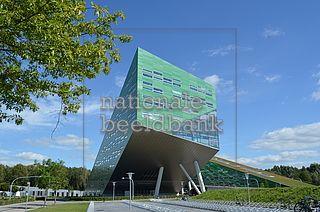 Afbeelding van https://stock-foto.nationalebeeldbank.nl/nationalebeeldbank_2012-10-758731-2_modern-groen-gebouw-op-de-campus-in-groningen.jpeg.