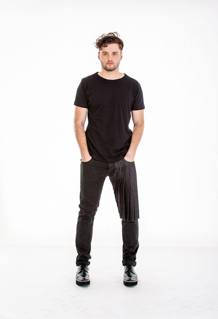 Blugi negrii, conici, dublat in partea dreapta cu pliuri, lasand impresia unui pantalon 3/4.
