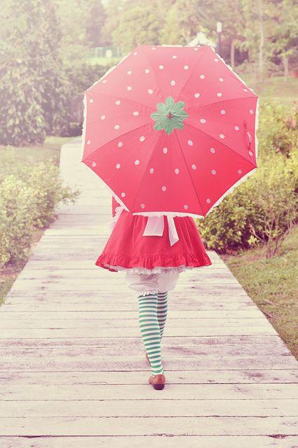 I WANT IT! I WANT TO HAVE A CUTE STRAWBERRY UMBRELLA!!!!!! Que chova forte, que soprem os ventos. Não importa. Não tenho medo. Eu carrego um céu pintado de sonhos dentro de mim. Lá onde o sol aquece o sorriso, é lá onde a inspiração anda de mãos dadas com o coração. Eu pertenço a este jardim colorido. E, vez ou outra, saio por aí entregando flores, e bordando amores. Faby Poesias***