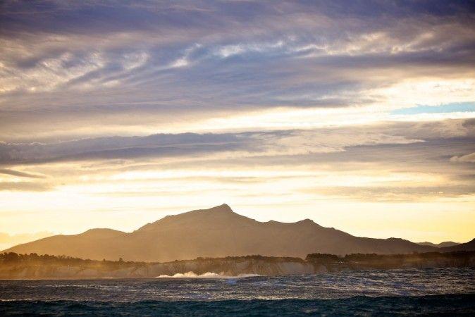 Le paysage de la côte d'Urrugne vu par les surfeurs à Belharra... Photo : Daz www.urrugne.com