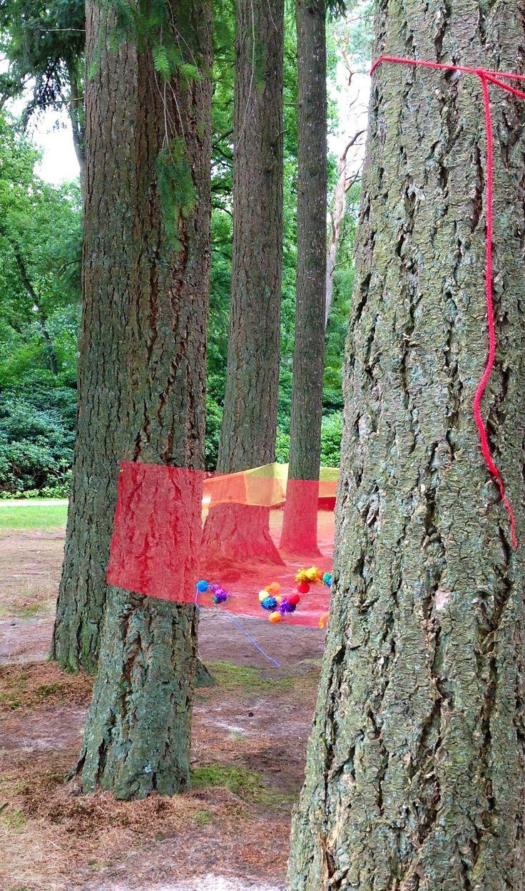 Span stof tussen bomen en borduren maar! Leuk om samen een kunstwerk te maken. Vergeet de pompoms niet :)