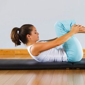 Sciogli dorso e spalle   Avvicina le ginocchia al petto, tenendo le mani appena sopra le caviglie. La testa è appoggiata al pavimento. Ora espira, contrai gli addominali e avvicina la fronte alle ginocchia, sollevando anche le spalle. Mantieni per dieci secondi, poi riappoggia la testa e la schiena. Ripeti per otto volte.  Il trucco in più: non irrigidire il collo durante l'esercizio per evitare fastidiosi dolori alla cervicale.
