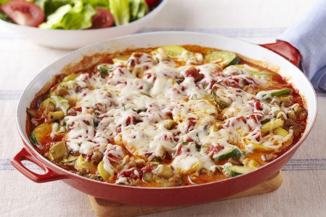 Pour tous les amoureux de la lasagne végétarienne! Des légumes tendres, du mozzarella et une sauce pour pâtes dans une poêlée végétarienne toute simple et inspirée de la lasagne.