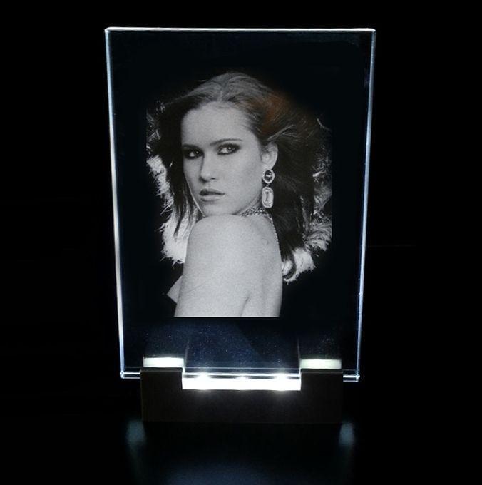 En nyligen införd produkt som vi kan erbjuda våra kunder är att få sitt eget foto ingraverat med laser i en tavla. Dessa tavlor finns med eller utan belysning.