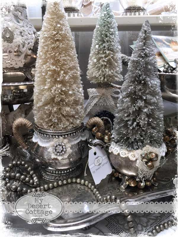 The Christmas season is about the only time of year I really get my glitter on! From about October 1 until the end of January the floo...