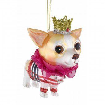 Das trendige Chihuahua-Weibchen mit goldenem Krönchen und pinkfarbener Halskrause ist vor allem für Hundefans eine gelungene Weihnachtsdekoration. This trendy and feminine Chihuahua, with its golden, little crown and pink ruffled collar, is an especially apropos Christmas decoration for dog fans.
