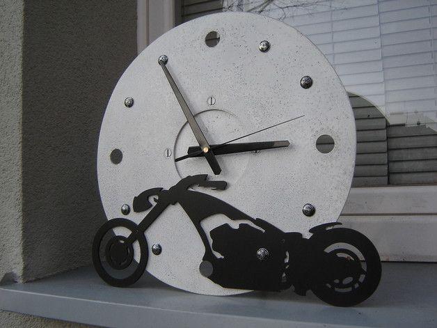 Zegar stojący/ wiszący Chopper wykonany w całości ze stali. 37cm - stylizowany cyferblat z kwarcowym mechanizmem ( płynący sekundnik ). Waga 3,3kg. Po odkręceniu tylnej podpory zegar można bez...