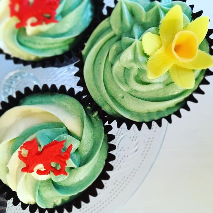 """Wales, daffodil, Welsh flag cupcakes - The Sugar Dough Cakery (@the_sugardoughcakery) on Instagram: """"Perfect for a treat on St David's Day ❤️ #welshcupcakes #welshcakes #daffodils #welshdragon…"""""""