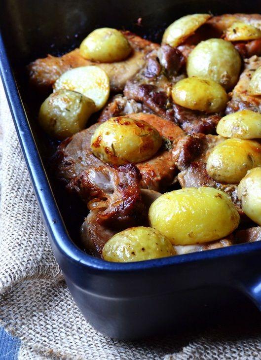 A hús puha és kellemesen fokhagymás, a burgonya a rozmaringtól mámorítóan ízletes, ez a tökéletes vacsora! Hozzávalók: 1 kg sertéskaraj 50 dkg újburgonya 6 gerezd fokhagyma 3 evőkanál citromlé 2 ág friss rozmaring só, bors olaj Elkész...