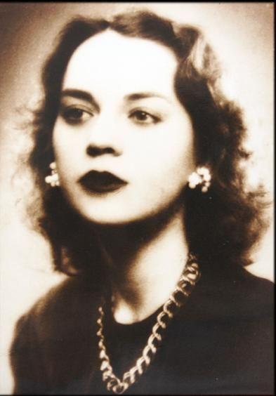 Sophia de Mello Breyner Andresen nasceu no Porto a 6 de Novembro de 1919 (e faleceu, em Lisboa, a 2 de Julho de 2004). Frequentou o curso de Filologia , Sophia de Mello Breyner Andresen